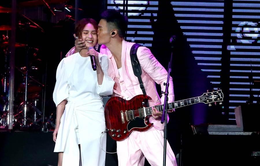 楊丞琳、李榮浩先前在演唱會上霸氣親吻。(圖/中時資料照片)