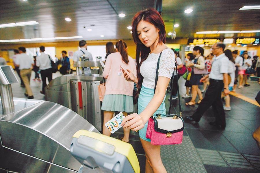 台北捷運因不堪長年虧損,持電子票證8折優惠將喊卡,年底前完成調整後送交市府核定。(本報資料照片)