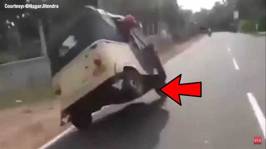《印度時報》在下方附註:「這可能是一台普通的車,但這些人卻不是普通人。這位司機使用兩個輪子來展現他的技巧……」等語。(圖/取自《印度時報》youtube)