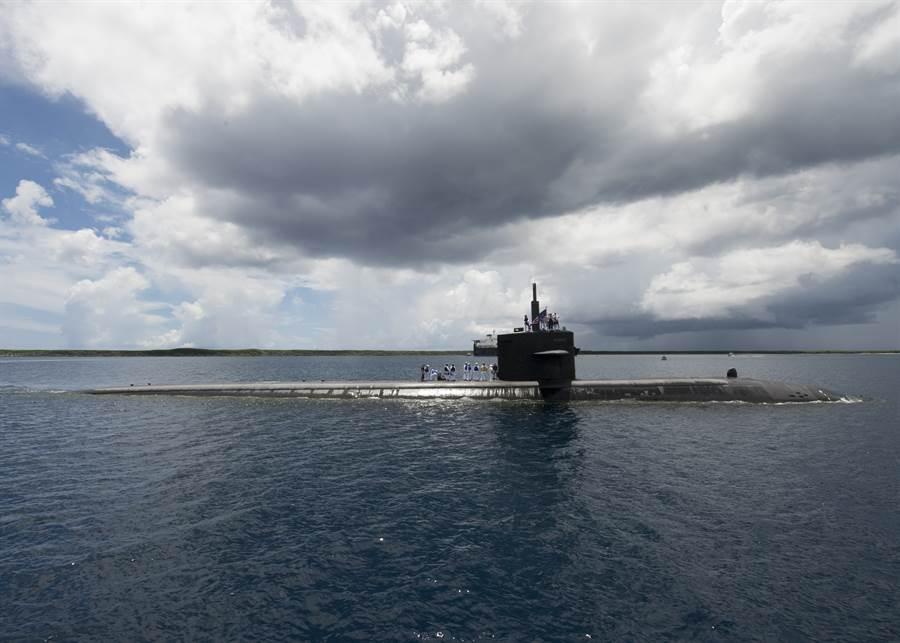 美國海軍核動力潛艦奧克拉荷馬城號(USS Oklahoma City,SSN 723)返回關島阿普拉港(Apra Harbor)的資料畫面。(美國海軍)