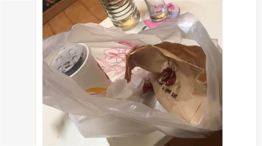 網友PO出外送員主動準備的塑膠袋,覺得感動。(圖/摘自臉書爆怨公社)