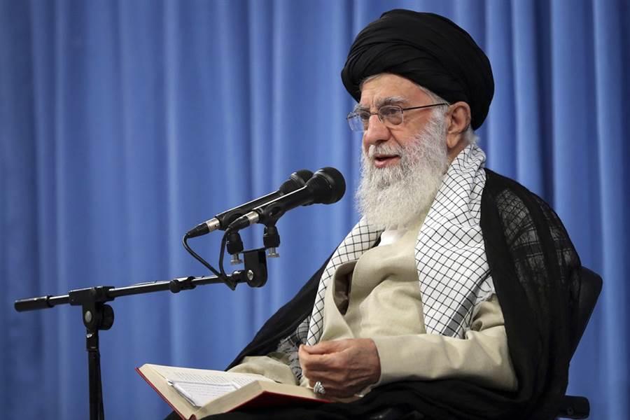 美伊關係惡化,伊朗最高精神領袖哈米尼(Ayatollah Ali Khamenei)今(17)日表示,「永遠不再和美國談判」,還說華府對德黑蘭的極限施壓政策最終會失敗。(圖/美聯社)