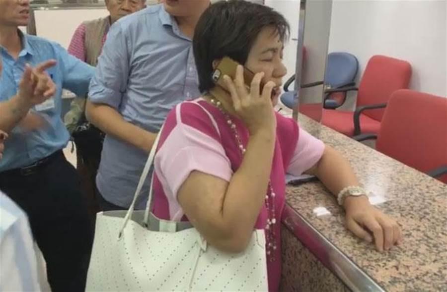 前立委黃文玲聲稱代柯文哲申請為總統、副總統選舉被連署人,但逾時登記不受理。(圖/擷自網路直播)