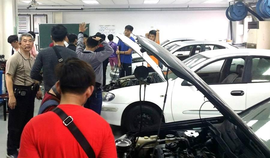 同德家商積極輔導僑生各項考照,安排學生汽車科到南開科大參訪汽車修護情形。(同德提供)