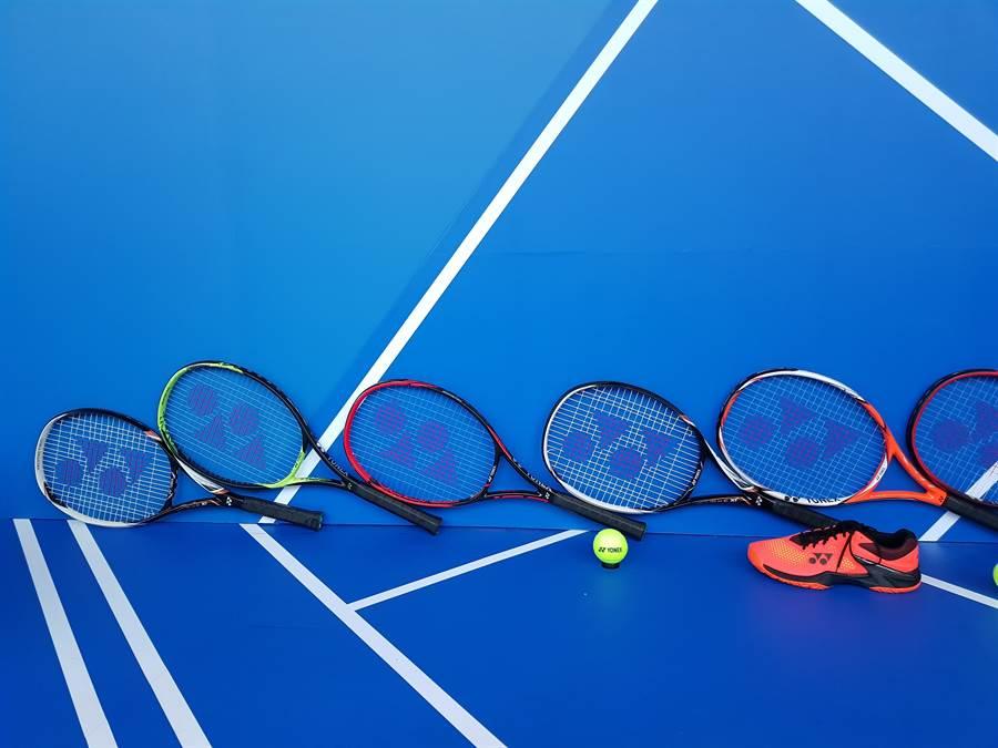 海碩網球系列賽工作人員用心布置特展展場,有大球拍和大球鞋,相當引人注意。(陳筱琳攝)