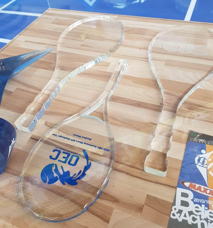 海碩網球賽冠軍可獲得水晶球拍獎盃。(陳筱琳攝)