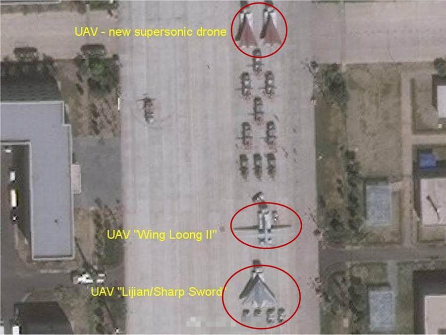 網路流傳的中共閱兵村空照圖,由下而上分別標出利劍無人攻擊機、翼龍II察打一體無人機與無偵-8無人偵察機。(圖/鼎盛軍事)
