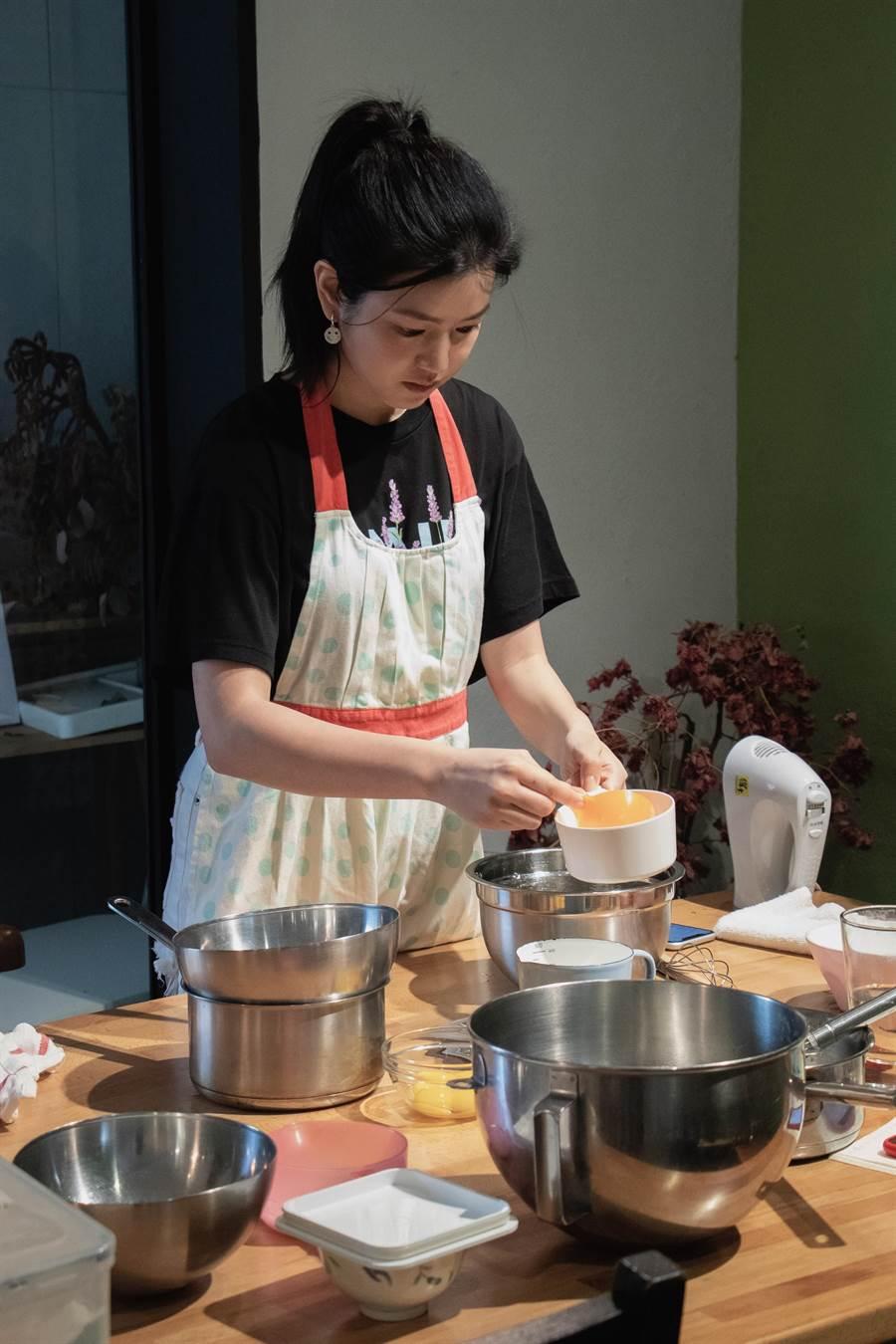 陳研希精進蛋糕烘焙手藝,為加拿大之行做準備。(好好看文創提供)