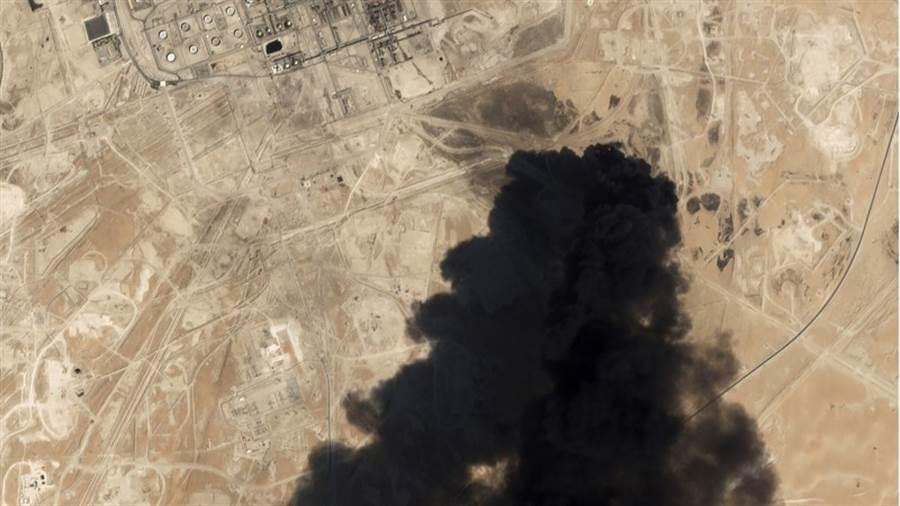 衛星照片顯示,日前沙烏地阿拉伯石油設施遭攻擊,冒出濃濃黑煙。(美聯社)