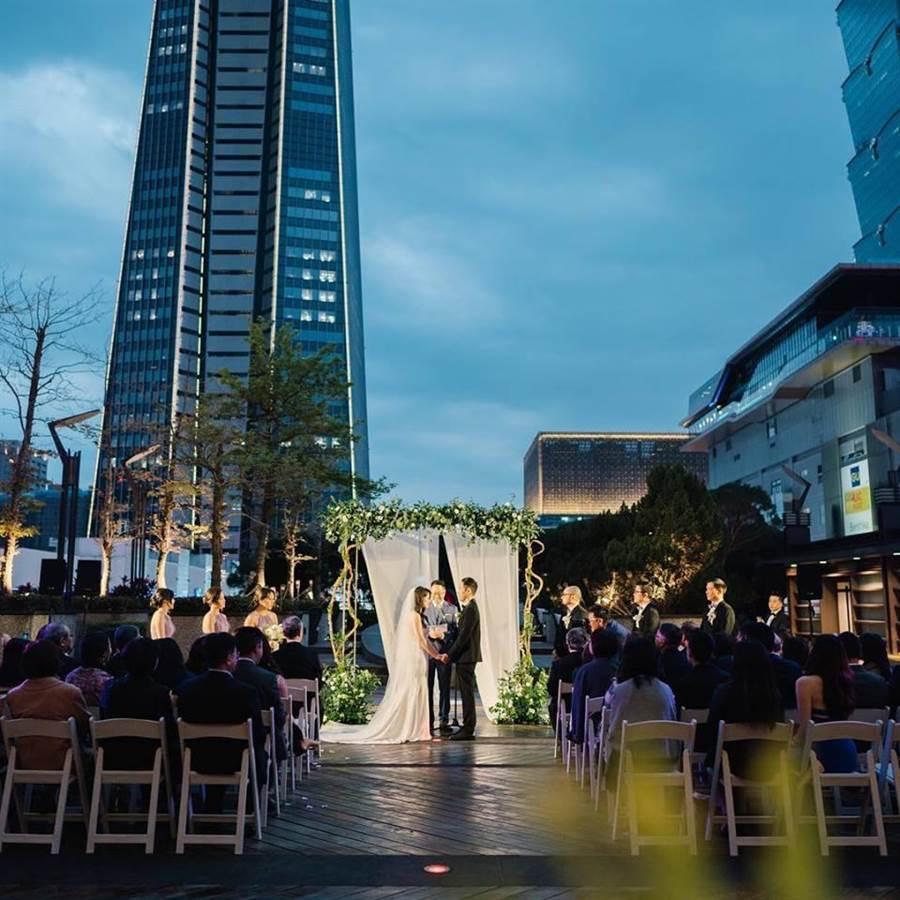 新光三越信義A9 4樓露台WILDWOOD餐廳曾被包場舉辦婚禮,夜景襯托好不浪漫。(新光三越提供)