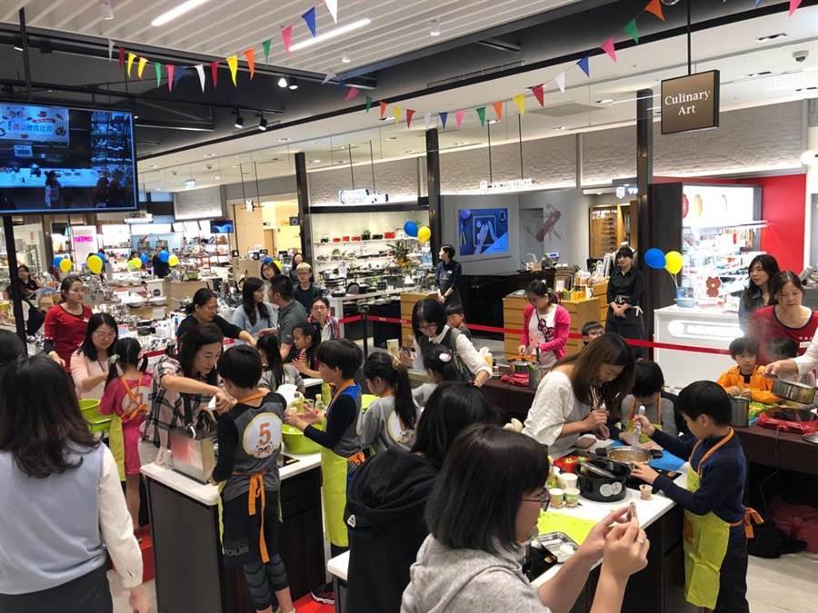 新光三越信義A8 7樓「舞食藝」廚藝教室吸引親子參加。(新光三越提供)