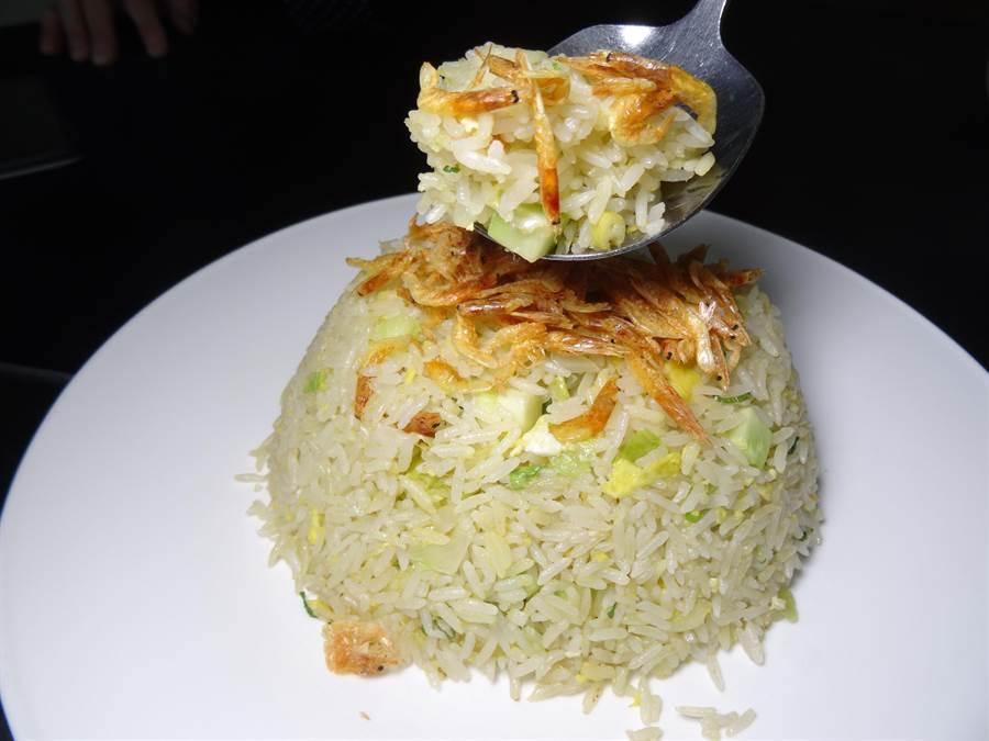 「与玥樓」櫻花蝦炒飯是以頂級櫻花蝦和蔬菜切刀一起大火燴炒,突顯的是自然的米飯和櫻花蝦的香氣。(馮惠宜攝)