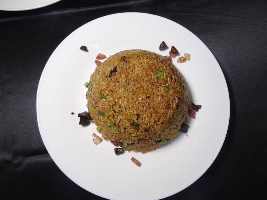 「与玥樓」的臘味蔭油炒飯,以蔭油上色,加上干腸、臘腸切丁,佐以蝦魚蔥,是喜歡重口味饕客必點的主食。(馮惠宜攝)
