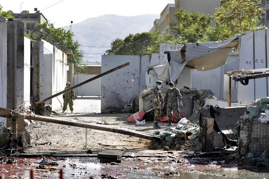塔利班一天兩次發動攻擊,一處是在現任總統加尼的造勢場合,另一處是美軍駐地附近。(圖/美聯社)