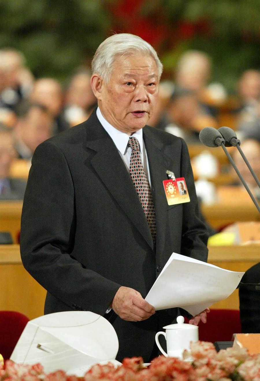 大陸第9屆全國政協副主席葉選平2002年3月在政協全國委員會第5次會議上主持閉幕大會。(圖/新華社)