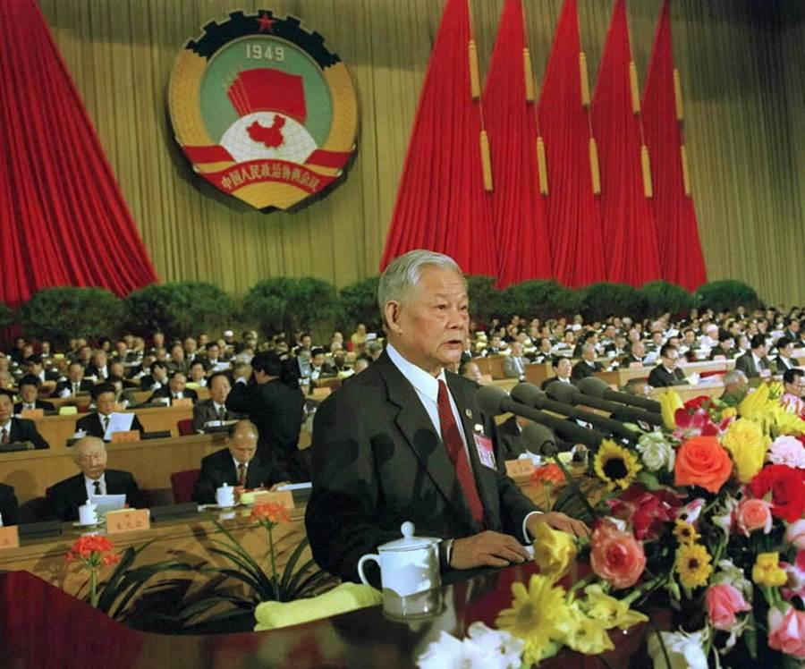 葉選平於2000年3月3日主持大全國政協九屆三次會議開幕式。(圖/新華社)