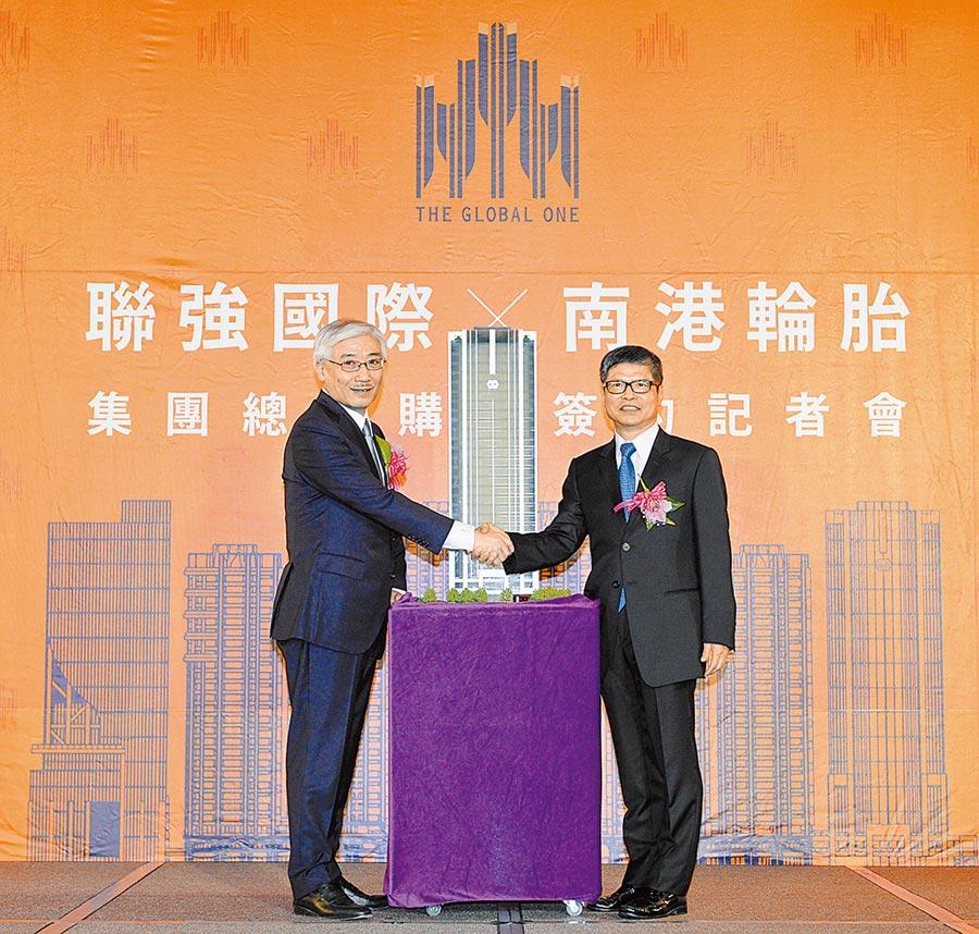聯強集團16日與南港輪胎舉辦總部新大樓簽約,聯強總裁杜書伍(左)和南港輪胎榮譽董事長林學圃(右)出席。圖/王德為