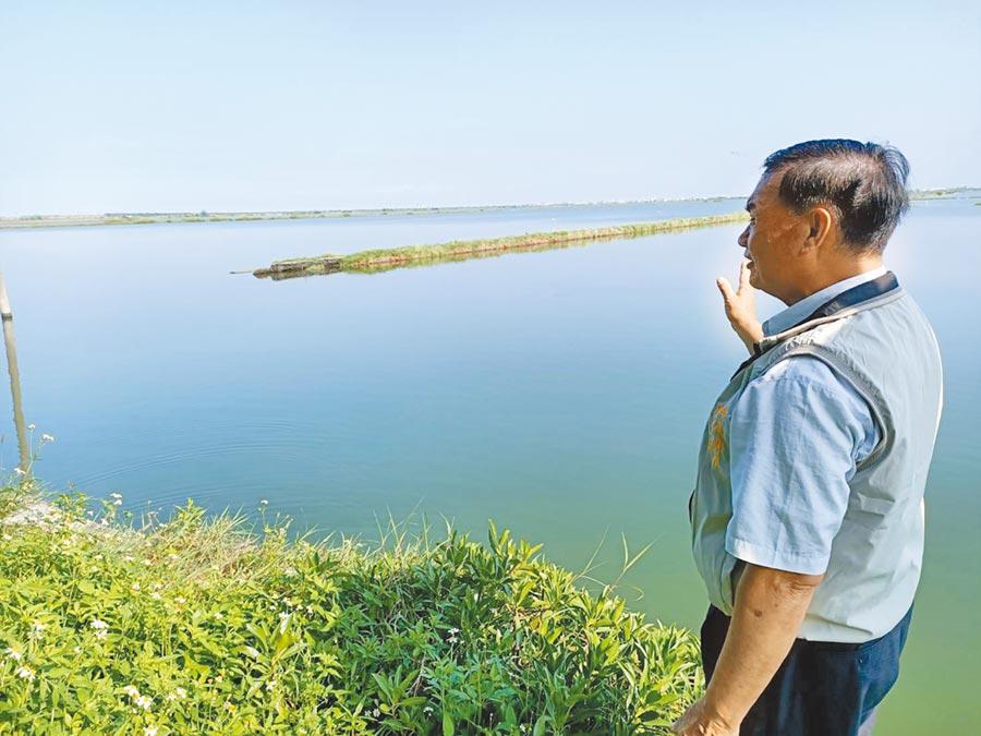 嘉義縣布袋新岑社區發展協會理事長陳泰郎表示,新岑運動公園位在布袋鹽田溼地旁,是絕佳賞鳥地點。(張毓翎攝)