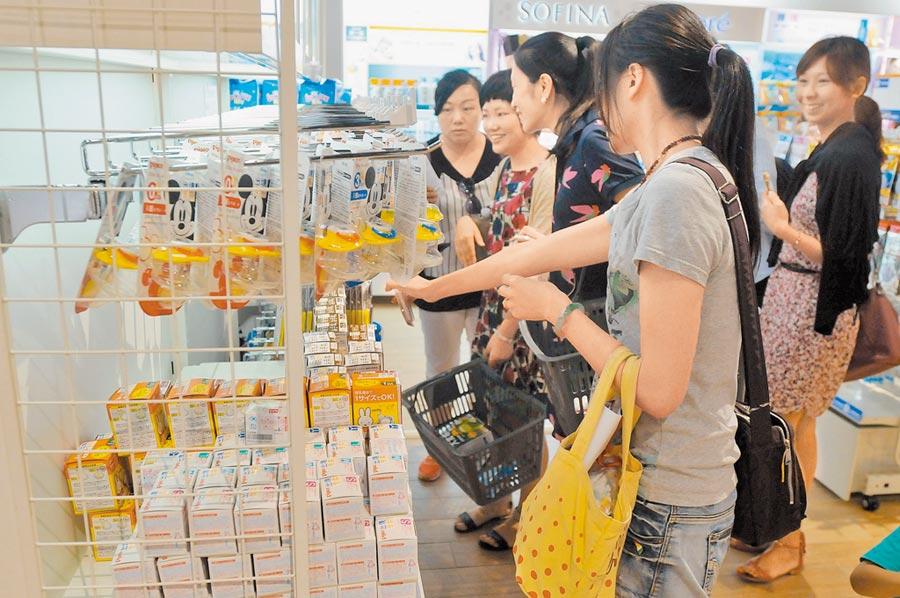 金門Laox(樂購仕)風獅爺離島免稅購物商店,吸引陸客選購。(本報系資料照片)