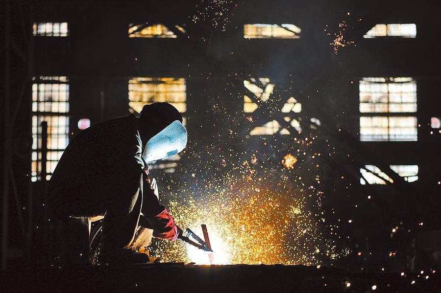 中國一重集團的生產工廠內,工人在進行生產作業。(新華社資料照片)