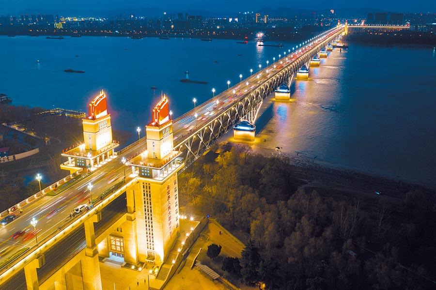 南京長江大橋夜景。(新華社資料照片)