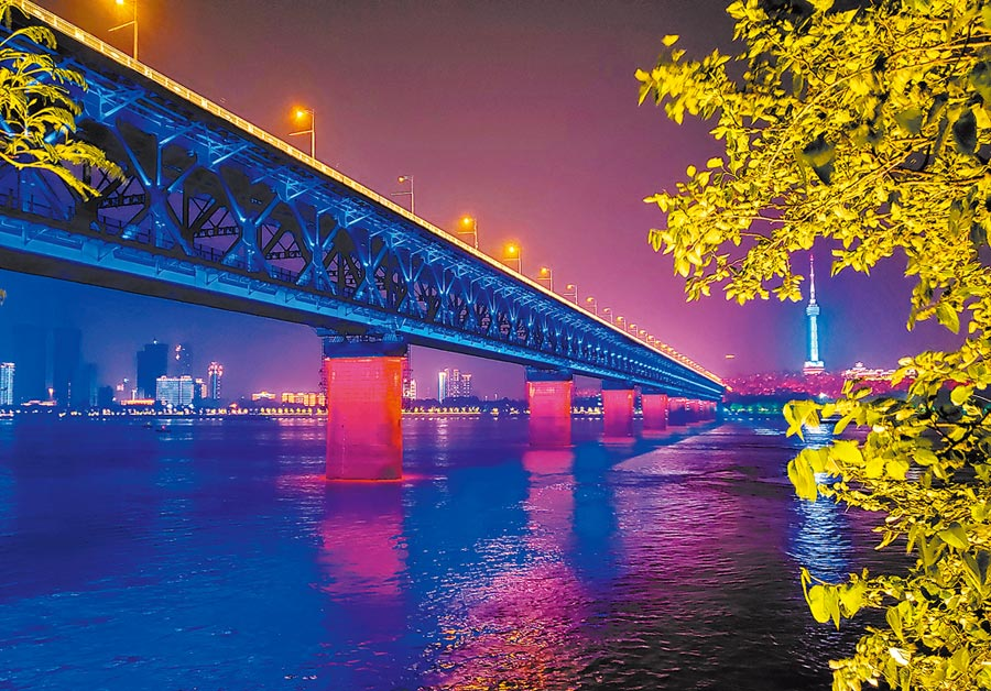 武漢長江大橋夜景。(中新社資料照片)