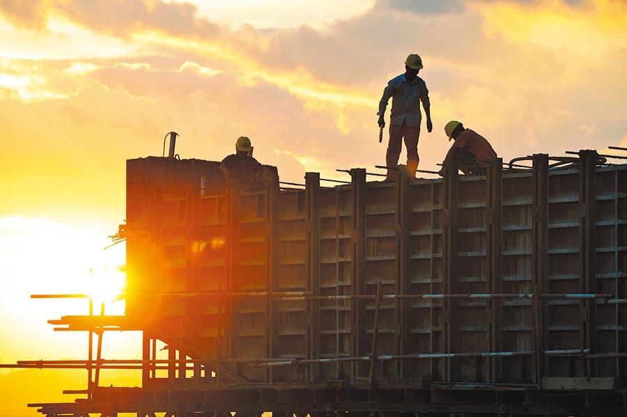 8月11日,工人在江西九江市新妙湖特大橋現場施工。(新華社)