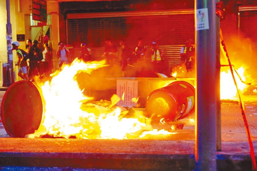 9月15日,示威者在香港灣仔縱火。(新華社)