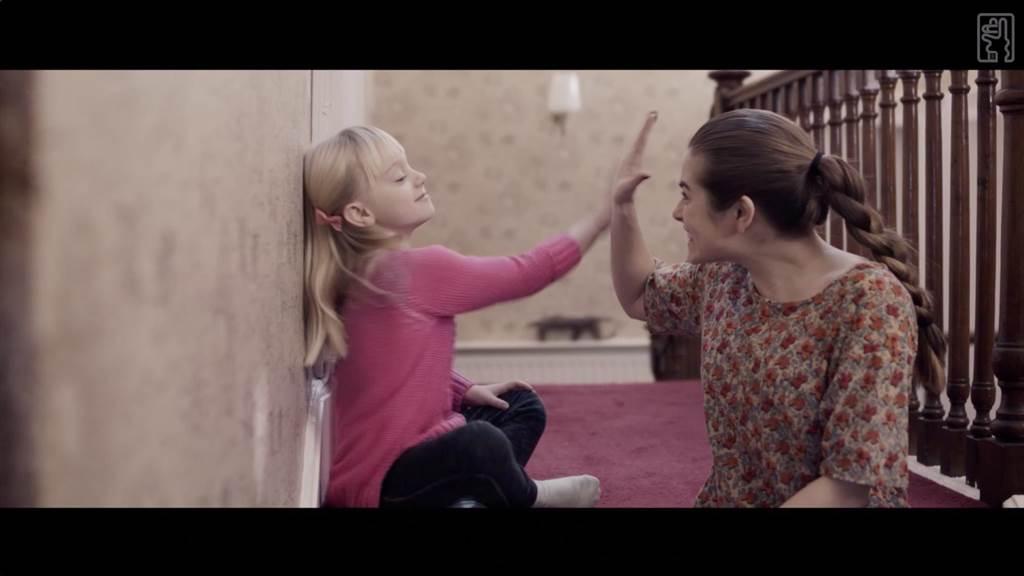 去年獲得奧斯卡獎的英國實境短片《沈默的孩子》,描述小女孩莉比天生聽不見聲音,直到社工喬安娜教會莉比手語,女孩才終於露出笑容。(台灣國際聾人電影節提供)