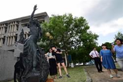 林靖娟銅像矗立台東大學 學生撫觸感受兩個炙熱生命