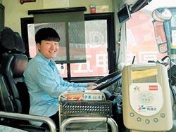 25歲女圓夢 駕駛公車溫馨接送