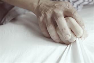 半夜病床有怪聲 棉被一掀護理師羞