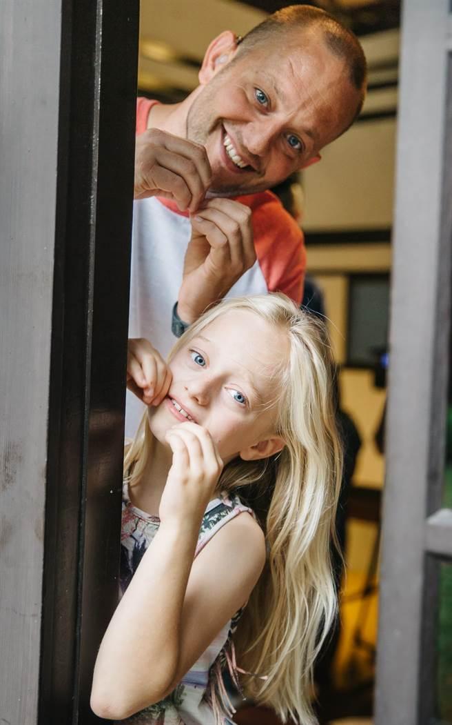 去年獲得奧斯卡獎的英國實境短片《沈默的孩子》,描述小女孩莉比天生聽不見聲音。飾演莉比的小女生梅西.司萊,現實生活中也是一位聾人,和爸爸吉爾森.司萊來台宣傳「台灣國際聾人電影節」活動。(郭吉銓攝)