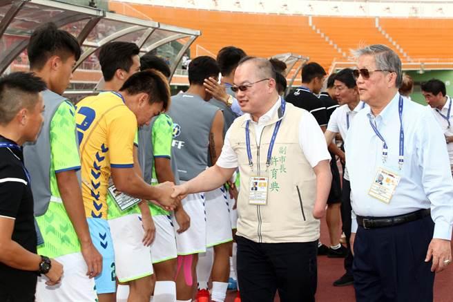 台南市副市長許育典(右二)向中華A隊球員一一握手致意。(大會提供/李弘斌台南傳真)