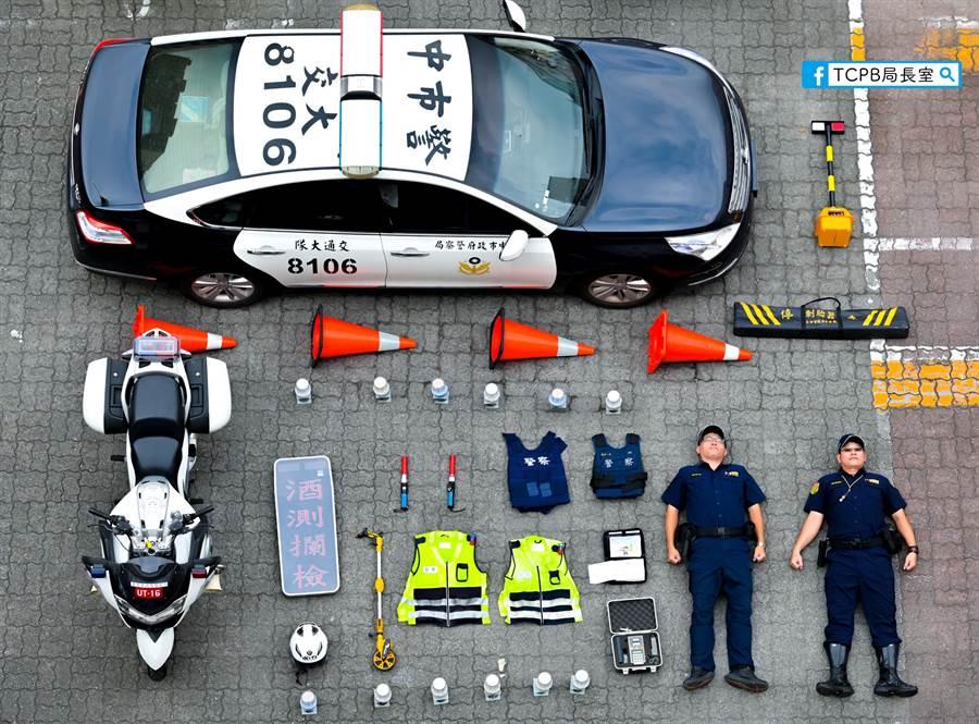 TCPB局長室不落人後,開箱台灣警車,右下角兩位員警厭世臉讓網友樂歪 (圖/翻攝自TCPB局長室臉書)