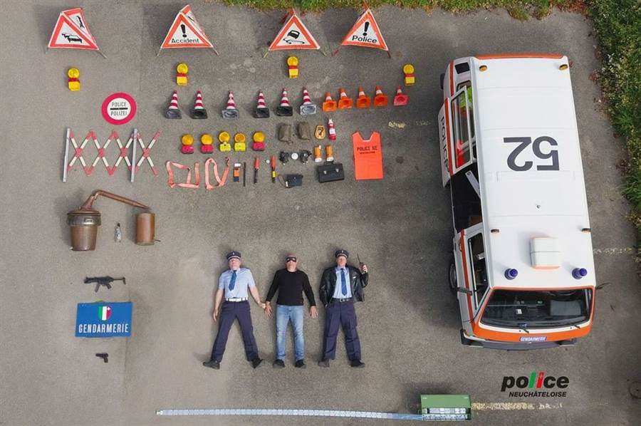 瑞士納沙泰爾警方的警車開箱,竟然還附帶一個竊賊 (圖/翻攝自Police Neuchâteloise Instagram)