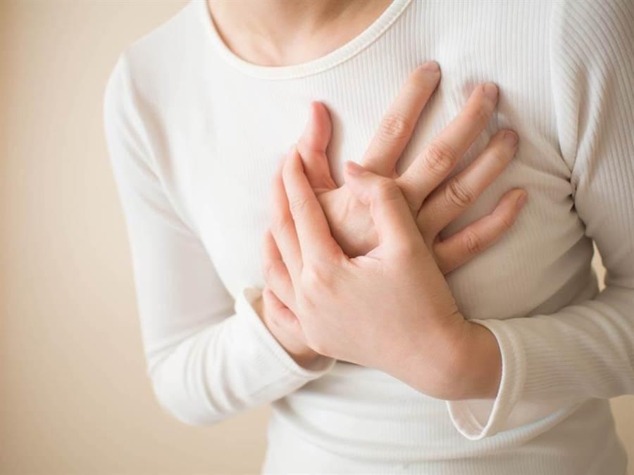 如果胸痛來自於心臟問題,代表是心絞痛、心肌梗塞等疾病。(達志影像/shutterstock)