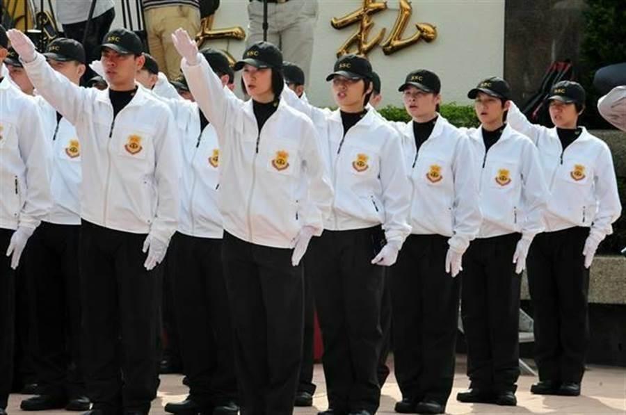 2016年正副总统候选人安全维护编成典礼,国安局特勤人员举手宣誓。(中时资料照 刘宗龙摄)
