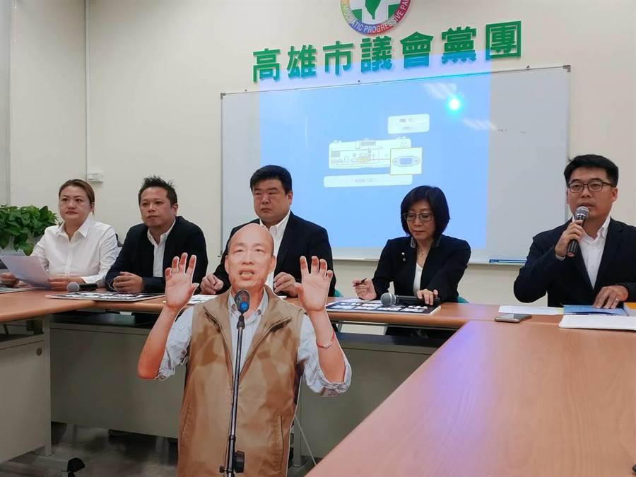 高雄巿議會民進黨團18日質疑高雄巿長韓國瑜將從10月11日起,連續請假3個月。(曹明正攝)