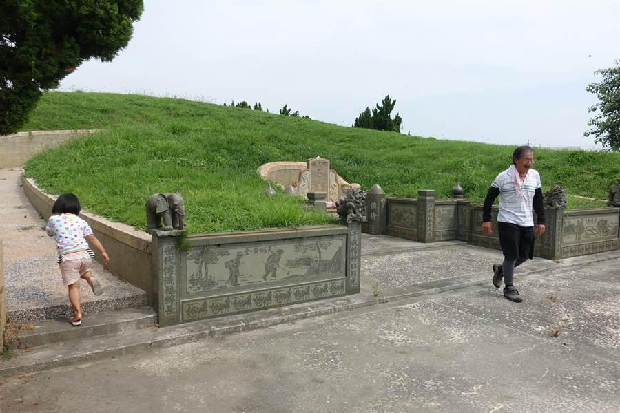 李佳芬叔叔李日良陳述父親埋葬地是生前耕作的甲頭園,依法向水利會承租,並非違法亂葬。(資料照片/周麗蘭攝)