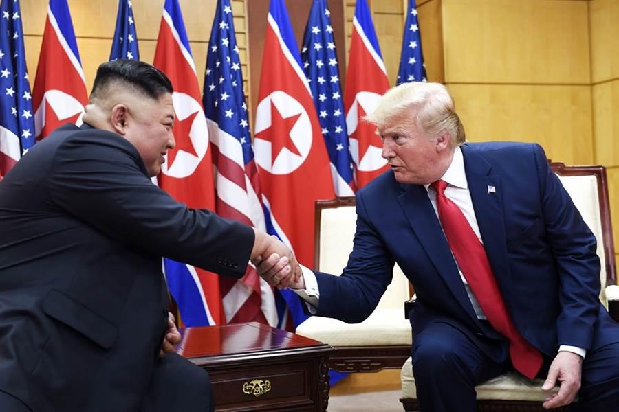 美國總統川普上任以來,多次公開調侃北韓最高領導人金正恩是「小火箭人」(Little Rocket Man),據悉金正恩非常不滿這個綽號,竟是因為不喜歡被叫「小」。圖為6月底在板門店舉行的川金三會。(圖/美聯社)