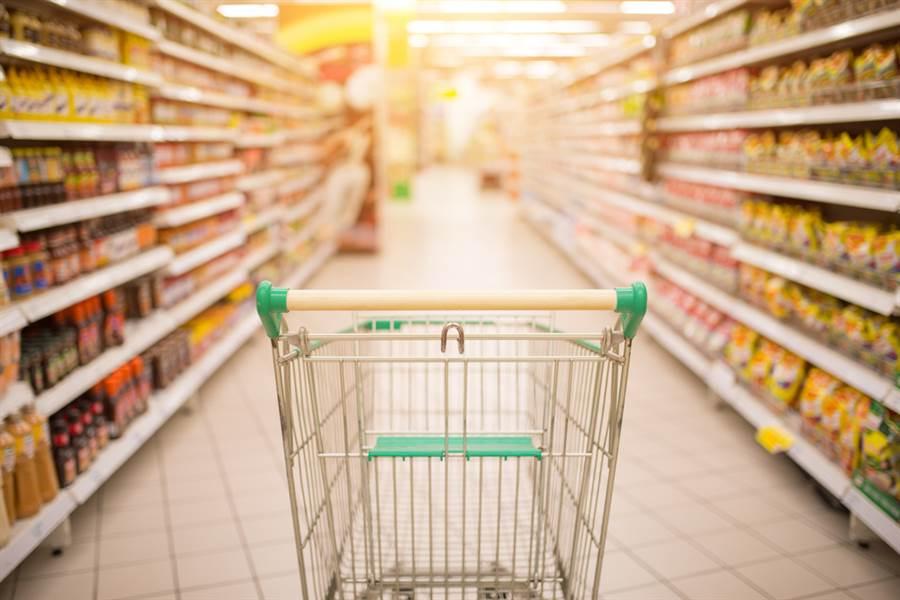 超市為獲取更高利潤,試圖利用較方便、但也較貴的產品來吸引顧客,所以在逛超市時可要慎選。(圖/達志影像)