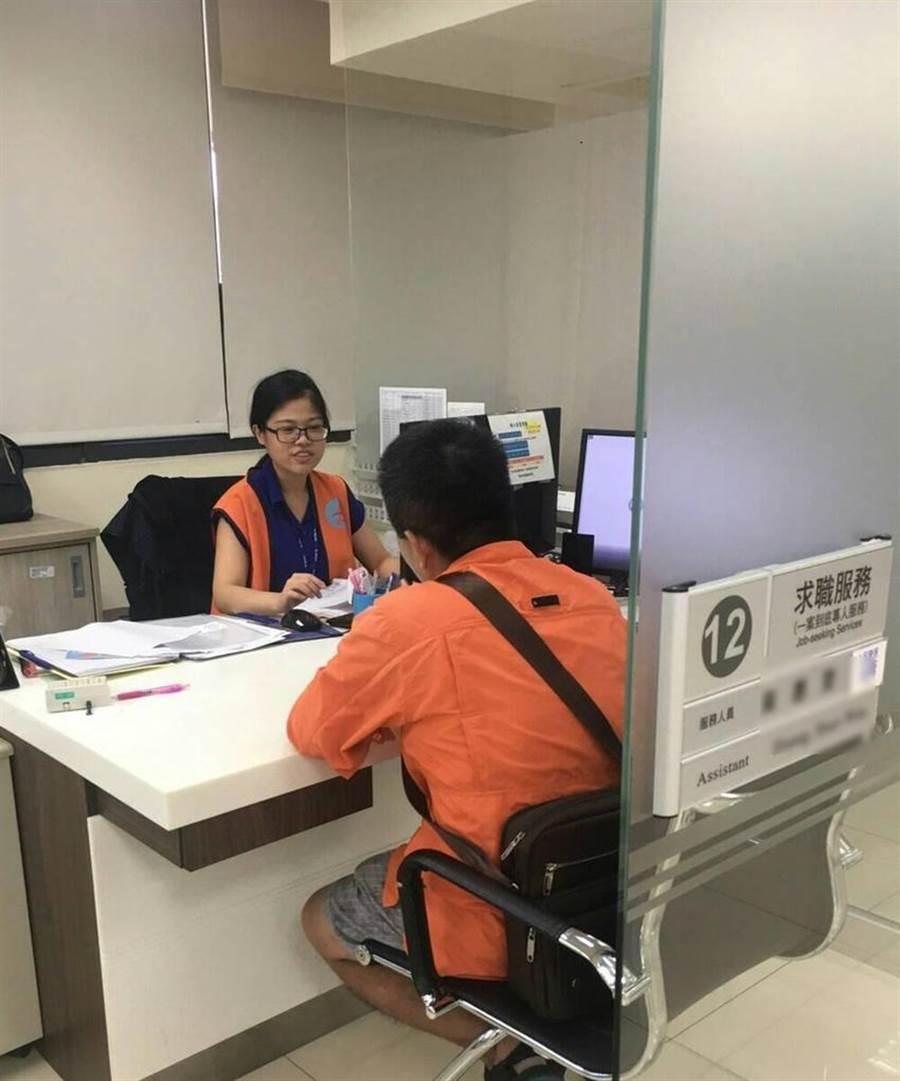 就業服務員提供民眾諮詢。(圖/勞動部提供)