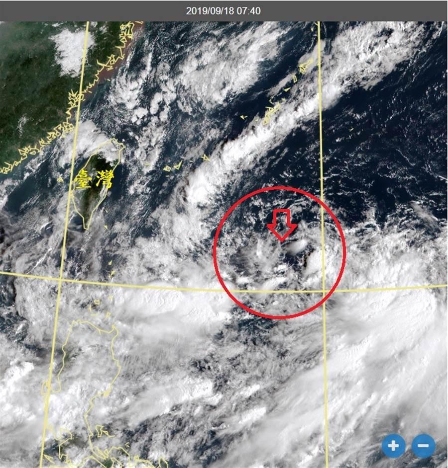 圖為衛星雲圖,圓圈區域有個微弱的大環流,箭頭指的是一個清晰的低層環流中心。(翻攝自 鄭明典臉書)