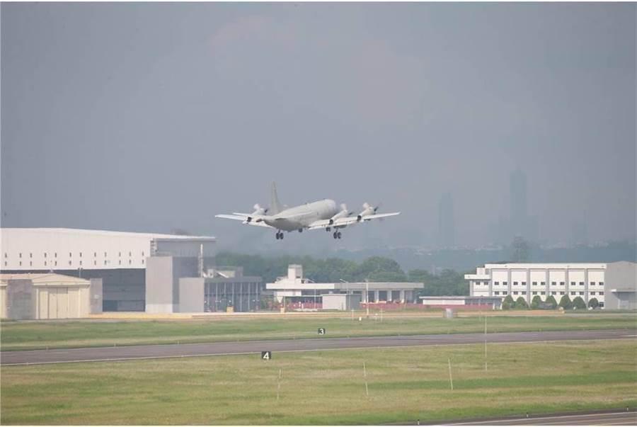 屏東基地P-3C反潛機上午起飛因機內有焦味,緊急降落。〈國防部提供〉