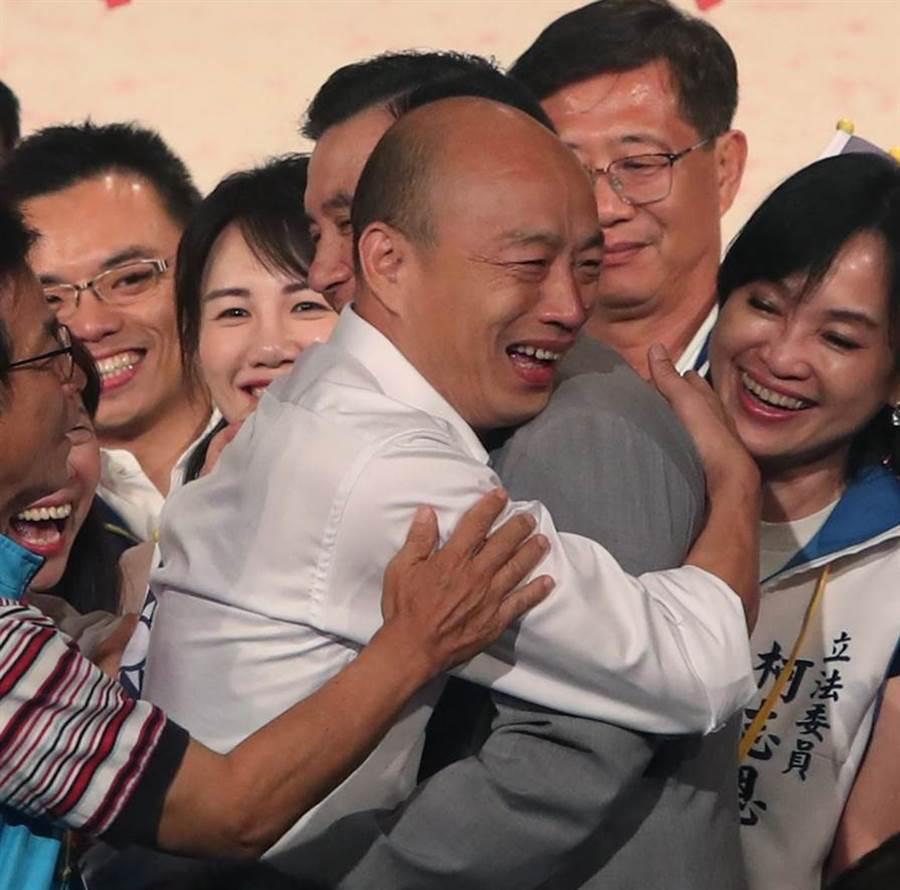 國民黨總統參選人韓國瑜(左)15日出席台商秋節聯誼會,與前總統馬英九(右)熱情擁抱。(鄭任南攝)