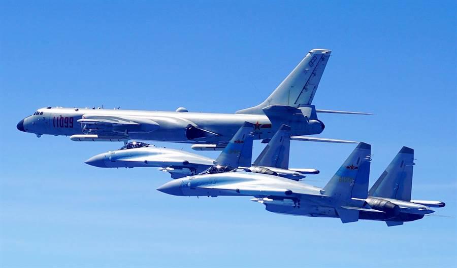 解放軍空軍蘇-35戰機與轟-6K轟炸機2018年5月11日雙向繞飛台灣巡航的畫面。(新華社)
