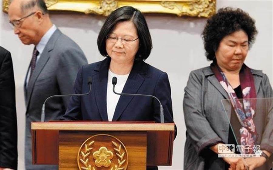 圖為總統蔡英文(中)、總統府秘書長陳菊(右)。(圖/中時資料照)