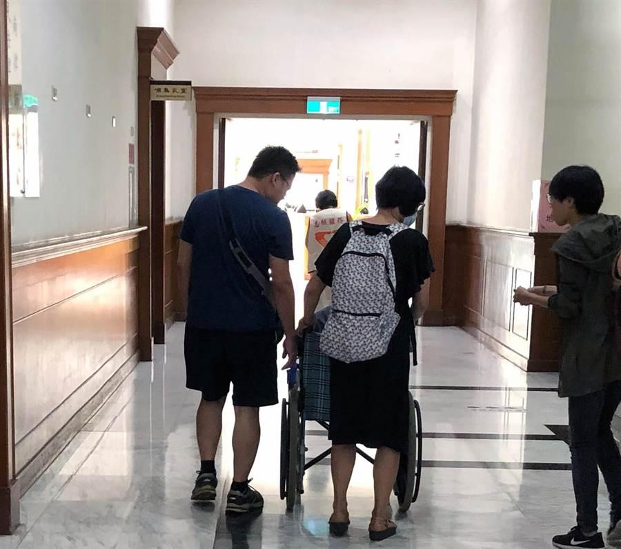 劉姓女子縱火燒死父親案一審開庭,凶嫌母親與弟弟以證人身分出庭。(翻攝畫面/洪榮志台南傳真)