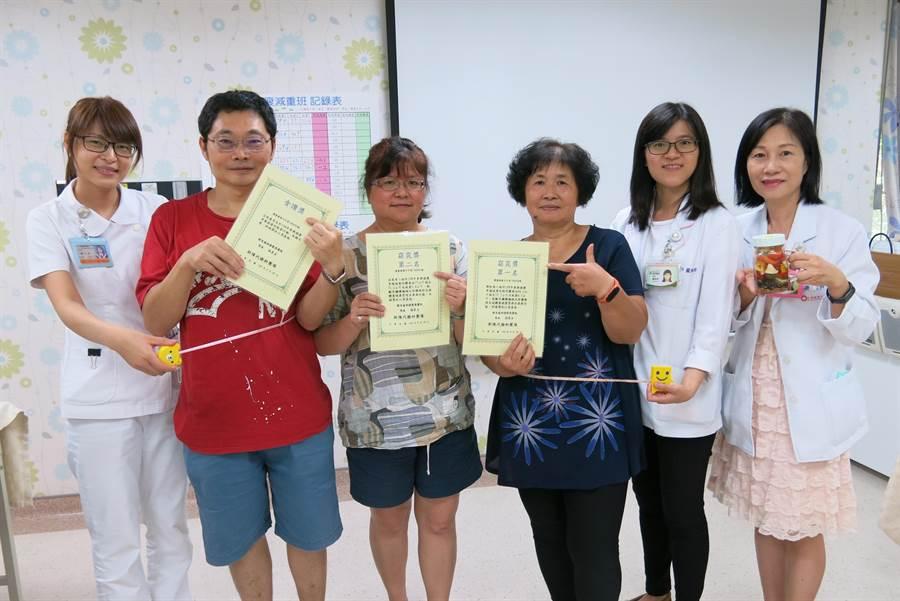 豐原醫院營養師協助開設免費減重班,學員開心秀出減重成果。(王文吉攝)